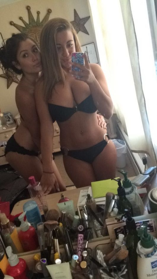Freundinnen Selfie In Unterwaesche