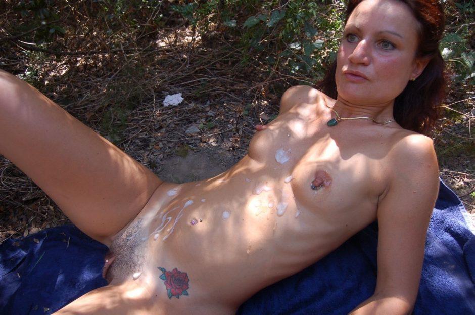 Mit Sperma Besudelte Milf Liegt Nackt Im Wald Auf Einer Blauen Decke