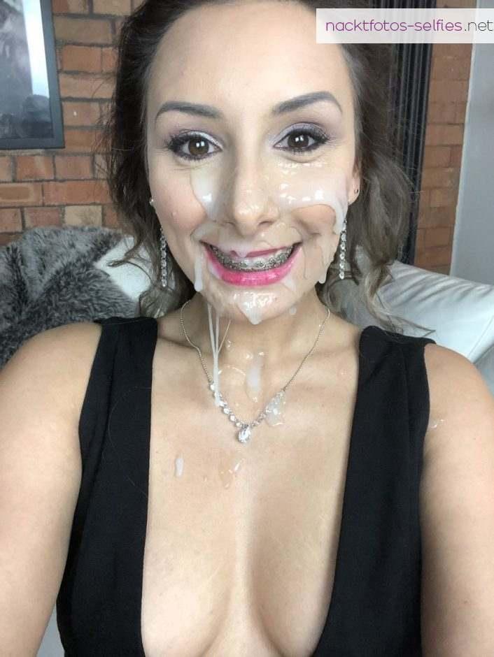 Frau Mit Zahnspange Und Sperma Im Gesicht Laechelt In Die Kamera