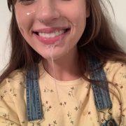 Freundin Mit Latzhose Hat Sperma Im Gesicht