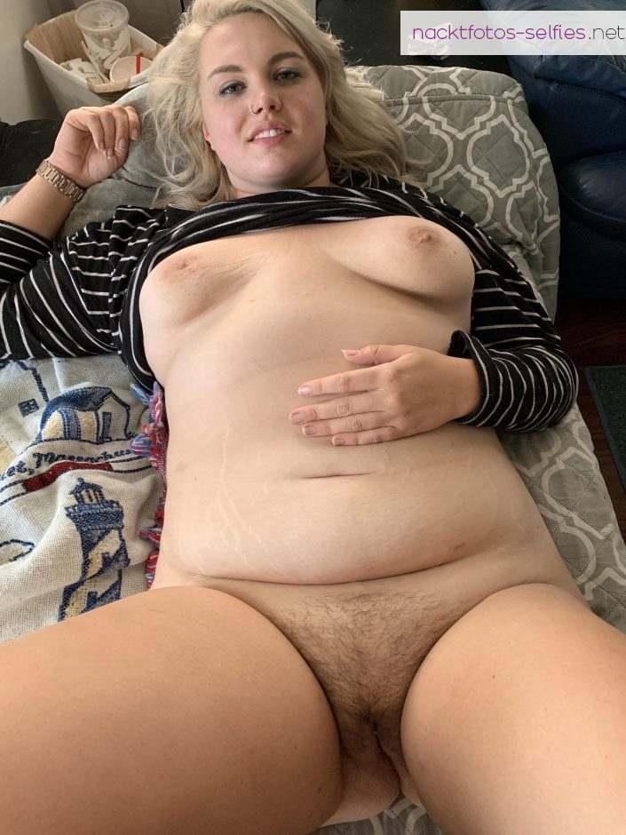 Mollige Freundin Mit Schwangerschwaftsstreifen Nackt Auf Dem Bett Liegend