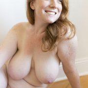 Mollige Milf Mit Sommersprossen Nacktfoto