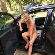 Nackt Campen Exhibitionistische Frau Nackt Auf Dem Fahrersitz