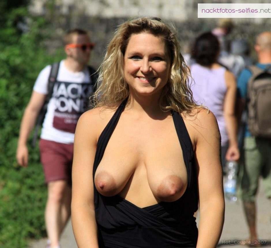 Brust In Der Oeffentlichkeit Raus Exhibitionistin Nackt Outdoor Fkk