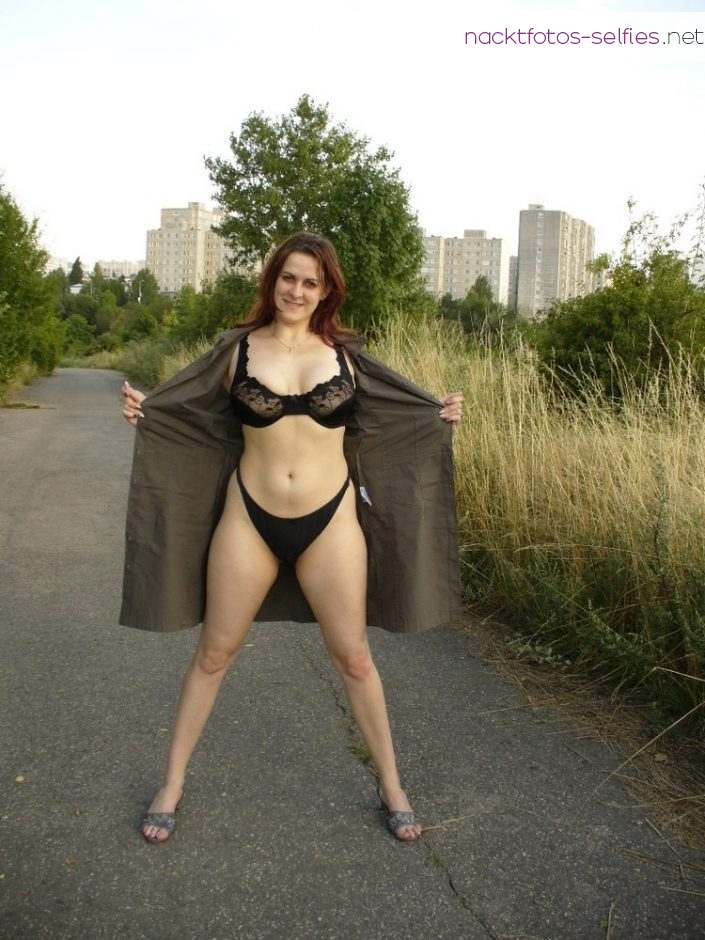 Flashing In Public Sexy Milf Outdoor Foto In Unterwaesche