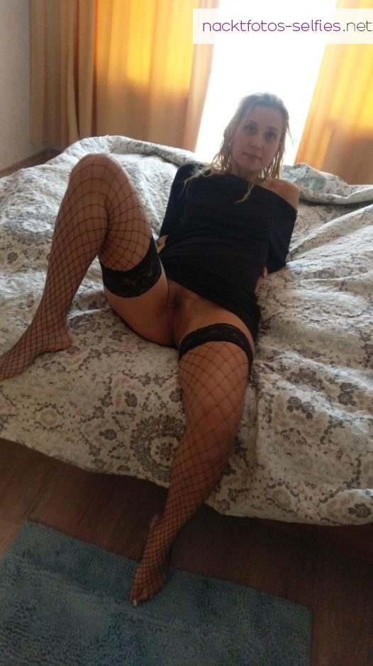 Saskia Im Hotelzimmer Auf Dem Bett Ohne Slip